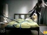 une blonde fait son lit