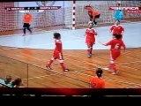 Une joueuse inscrit un but canon en foot salle !