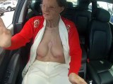 Grand-mère montre ses seins en voiture