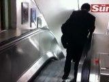 Ivre il prend l'escalator dans le mauvais sens