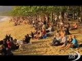 Australia, nasi all'insù per ammirare l'eclissi totale di Sole. Il raro fenomeno osservabile dalla spiaggia di Palm Cove