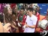 Djokovic show a Rio, tra Gangnam Style e travestimenti in campo. Il campione di tennis balla e si traveste dal suo avversario