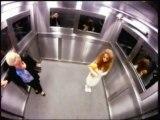 Fille qui fait peur dans un ascenseur