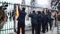 MPs chainsaw down parliament fence in Ukraine