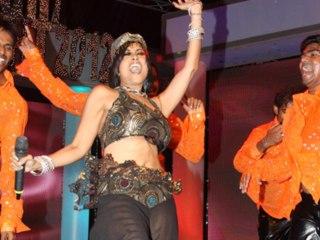 "Australian Pop Star Aiysha Saagar performs Marathi Song ""Rikshawala"" At Bright Awards"
