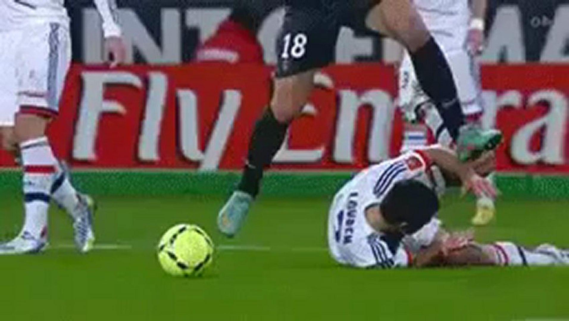 Zlatan Ibrahimovic marche sur le front de Dejan Lovren lors de PSG-OL