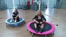 Monya fitness personal trainer e Giwa posizione pilates con il Butterfly sul trampolino elastico
