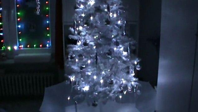 Schneiender Weihnachtsbaum.Weihnachten Schneiender Weihnachtsbaum Weiß Silber Mit Viel Schnee Snowing X Mas Tree
