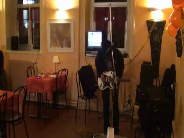 Tony play SLASH in a French restaurant