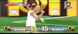 Martina Hingis affronte cinq joueurs de tennis en même temps pour un jeu télé