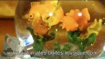 Lutèce Créations, le spécialiste des automates et des boîtes à musique, présente une boule à neige musicale Aquarium de sa collection de boules à neige lumineuses et animées.