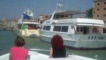 Notre Péniche pénètre fièrement sur grand canal de Venise. Équipage au complet
