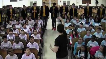 """Coro de crianças encanta com versão de """"Don't You Worry Child"""" dos Swedish House Mafia"""