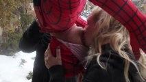 Blague du baiser à l'envers avec Spider-Man