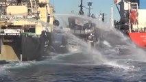 Le navire de Sea Shepherd s'intercale entre un baleinier et son ravitailleur (vue d'hélicoptère)