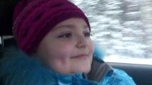 Une fillette conduit une voiture à 100 km/h sur une route enneigée !