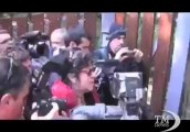 La villa di Grillo a Marina Bibbona sotto assedio dei cronisti. Liberaci da Berlusconi: lettera di una fan per il comico genovese