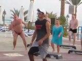 Gordinho de sunga rouba a cena em coreografia realizada em hotel