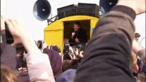 David Hasselhoff sings at the Berlin Wall... again
