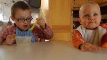 Nathan 8 ans fait manger Antoine 17 mois et ça donne ça!