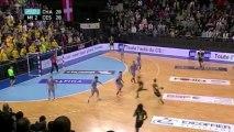 Le Chambérien Grégoire Detrez inscrit un tir dans le dos lors de la 18e journée de D1 de handball face à Cesson-Rennes