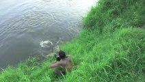 Photographe échappe à une attaque de crocodile