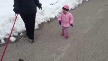 Le rire d'une petite fille qui promène le chien