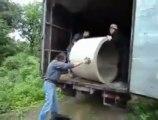 Régis et ses potes déchargent un cylindre