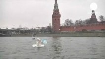 Russie  une personne déguisée en ours polaire défend l'Arctique devant le Kremlin