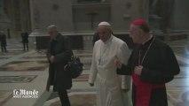 François prie sur la tombe de Jean-Paul II