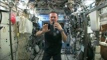 Que se passe t-il lorsqu'on essore une serviette dans l'espace ?