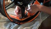 Pose stickers jantes moto KTM