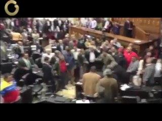 Exclusivo: Video muestra la golpiza que ocurrió en la Asamblea Nacional este martes