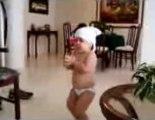 Baby shakira dancing / un bébé danse sur shakira