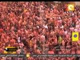 عشرات الآلاف من المواطنين الإسبان يشاركون في مهرجان الطماطم