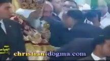 Abou Hamed embrasse la main du Pape Tawadros II pour la 3ème fois à Pâques 2013