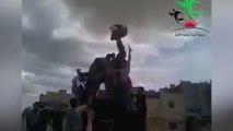 Les rebelles syriens décapitent une statue de Hafez Al-Assad