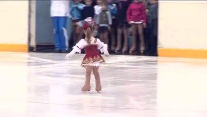 Une patineuse artistique de 2 ans.