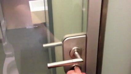 Une porte transparente pour les WC !