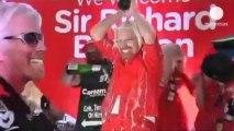 Richard Branson, le patron de Virgin, se travestit en hôtesse de l'air sur Air Asia