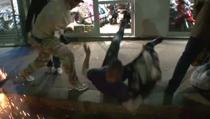 Les supporters du PSG volent et cassent pour fêter la victoire.