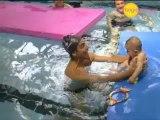 Vidéo : initiez bébé aux bébés nageurs
