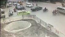 Chinois à scooter tombe dans un trou