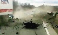 Accident choc en Russie : il est sauvé par l'explosion de sa voiture !