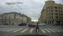 Un taré traverse la route et tire avec un pistolet!!! Vive la Russie...