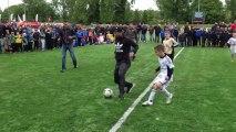 Robin van Persie face à 3 enfants. Démo de foot!