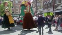 parade des géants hazebrouck en vidéo un danseur avec les géants