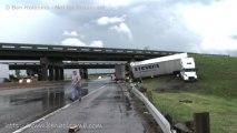 Accident de Camion et tornade en même temps... Quand t'as pas de chance....!