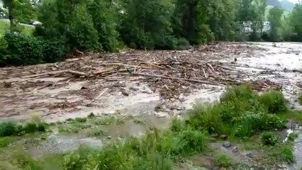 Une rivière se transforme déferlante d'un seul coup.