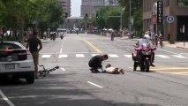 Un cycliste percute ue femme pendant une course! Impressionnant
